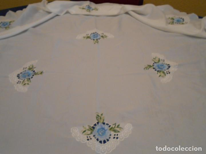 Antigüedades: Antiquo Manteles 3 piezas.Blanco Roto y Azul.Bordado Flores Azul .Usado. 160 cm diametro circular. - Foto 12 - 286871768