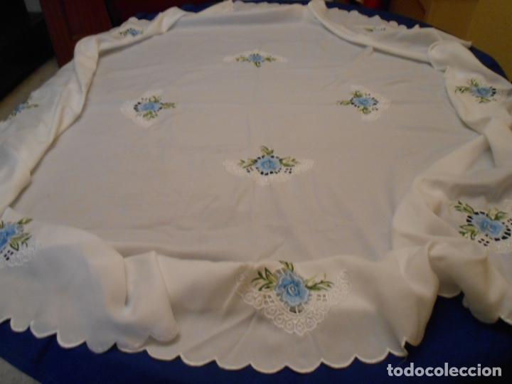 Antigüedades: Antiquo Manteles 3 piezas.Blanco Roto y Azul.Bordado Flores Azul .Usado. 160 cm diametro circular. - Foto 13 - 286871768