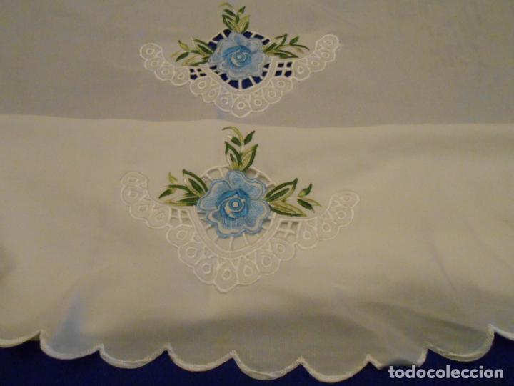 Antigüedades: Antiquo Manteles 3 piezas.Blanco Roto y Azul.Bordado Flores Azul .Usado. 160 cm diametro circular. - Foto 14 - 286871768