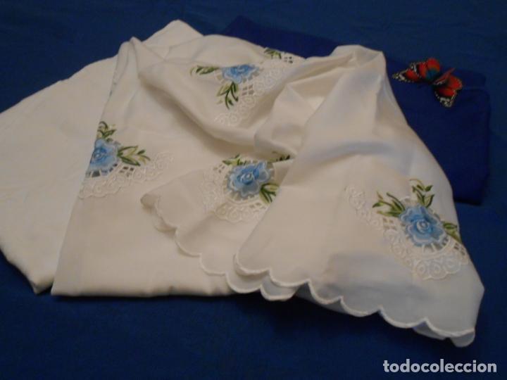 Antigüedades: Antiquo Manteles 3 piezas.Blanco Roto y Azul.Bordado Flores Azul .Usado. 160 cm diametro circular. - Foto 15 - 286871768