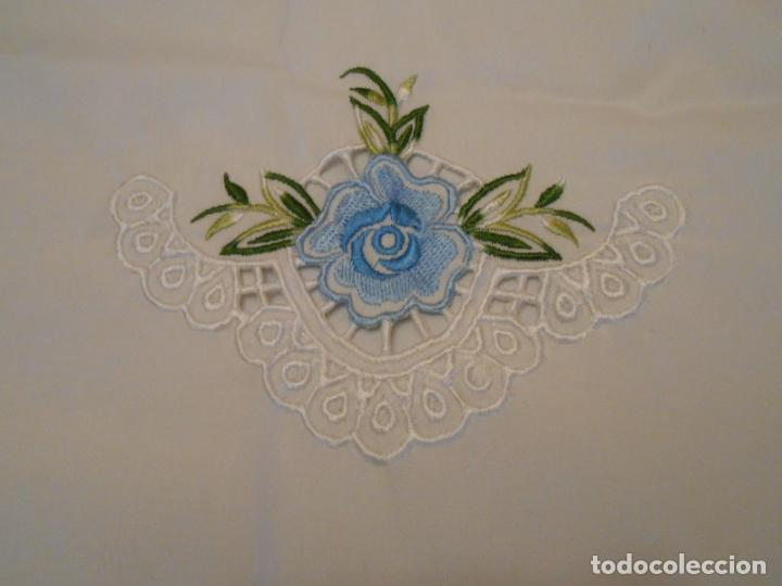 Antigüedades: Antiquo Manteles 3 piezas.Blanco Roto y Azul.Bordado Flores Azul .Usado. 160 cm diametro circular. - Foto 16 - 286871768
