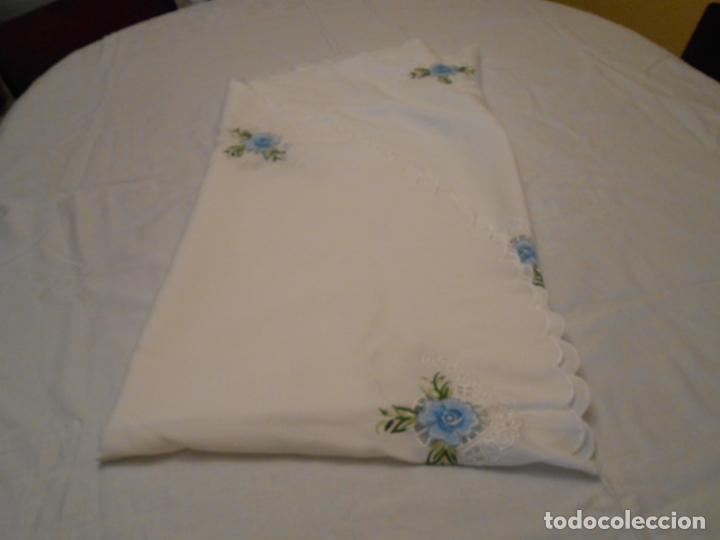 Antigüedades: Antiquo Manteles 3 piezas.Blanco Roto y Azul.Bordado Flores Azul .Usado. 160 cm diametro circular. - Foto 17 - 286871768