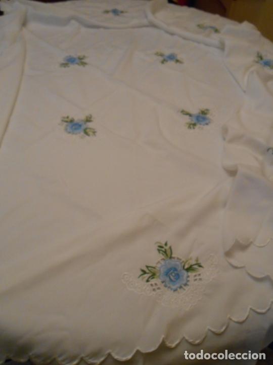 Antigüedades: Antiquo Manteles 3 piezas.Blanco Roto y Azul.Bordado Flores Azul .Usado. 160 cm diametro circular. - Foto 18 - 286871768