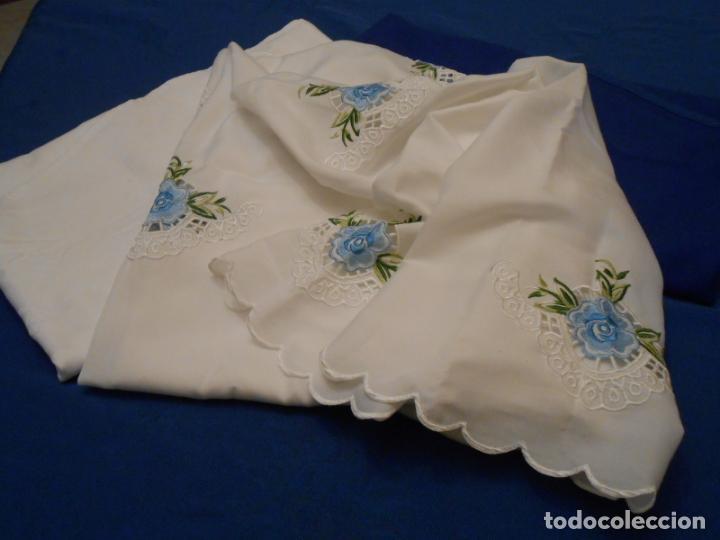 Antigüedades: Antiquo Manteles 3 piezas.Blanco Roto y Azul.Bordado Flores Azul .Usado. 160 cm diametro circular. - Foto 21 - 286871768
