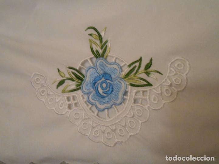 Antigüedades: Antiquo Manteles 3 piezas.Blanco Roto y Azul.Bordado Flores Azul .Usado. 160 cm diametro circular. - Foto 22 - 286871768