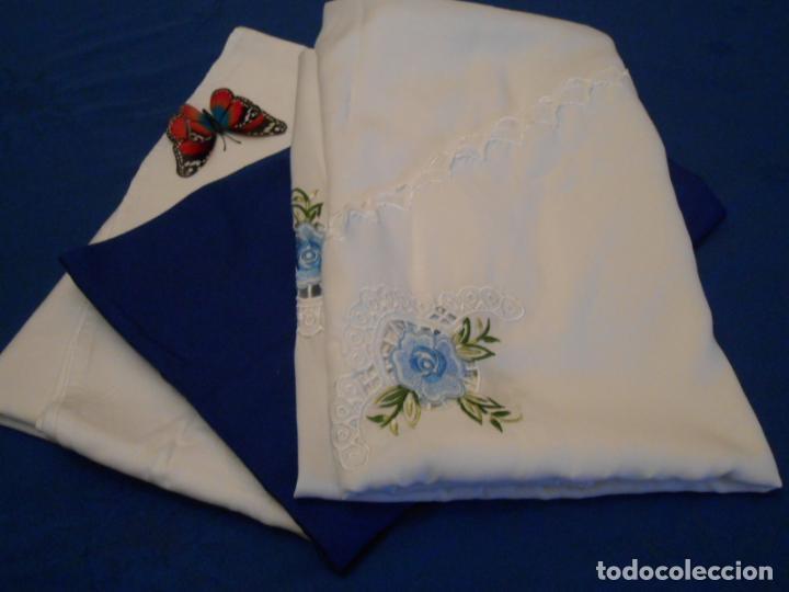 Antigüedades: Antiquo Manteles 3 piezas.Blanco Roto y Azul.Bordado Flores Azul .Usado. 160 cm diametro circular. - Foto 23 - 286871768