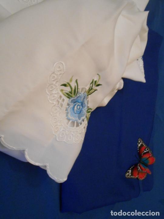 Antigüedades: Antiquo Manteles 3 piezas.Blanco Roto y Azul.Bordado Flores Azul .Usado. 160 cm diametro circular. - Foto 24 - 286871768