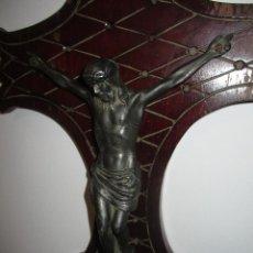 Oggetti Antichi: ANTIGUO CRUCIFIJO DE PARED, MADERA Y METAL, 36 X 24 CMTS., CRUZ, CRISTO, JESÚS, JESUCRISTO. Lote 286900583