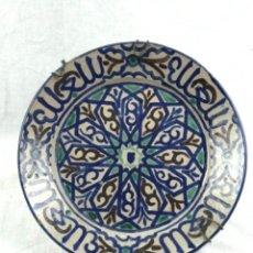 Antigüedades: CONSERVADO PLATO ONDO ACUECADO (32 CM ) CERÁMICA DE FAJALAUZA GRANADA PRIN SG XX. Lote 286908353