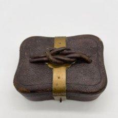 Antigüedades: ANTIGUA CAJA CUERO Y METAL. Lote 286910198