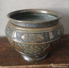 Antigüedades: IMPRESIONANTE MACETERO BRONCE MACIZO CON DECORACIONES EN BAJORELIEVE CHINA PRINCIPIOS SXX PESO 4.7KG. Lote 286933373