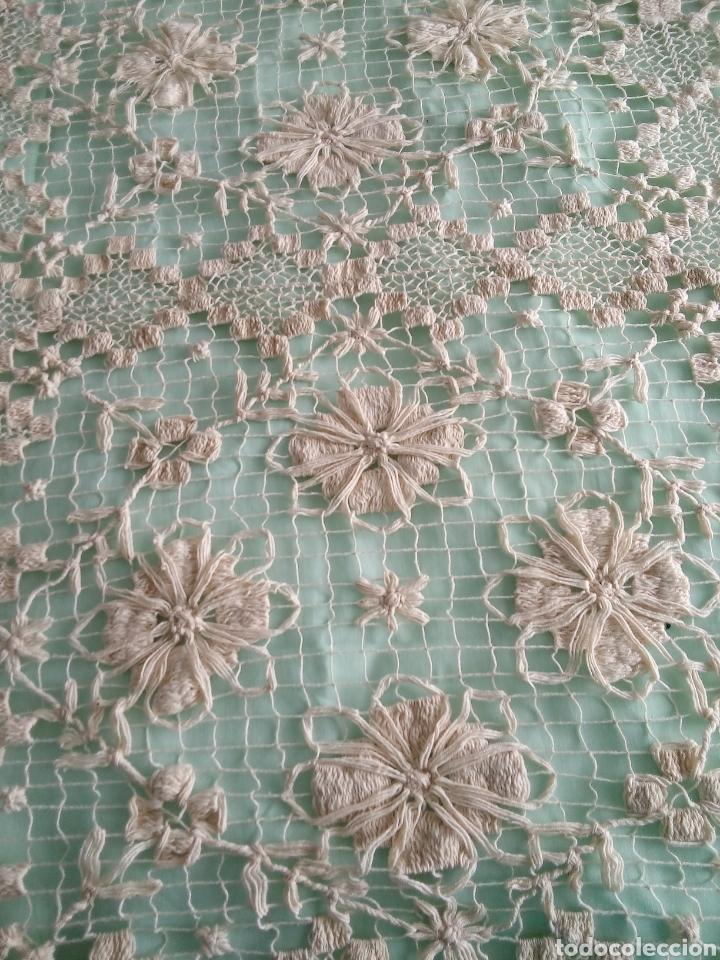 Antigüedades: Colcha antiquísima de hilo,hecha en dos piezas,la parte de la almohada y por otro el cubre cama,del - Foto 2 - 287055718