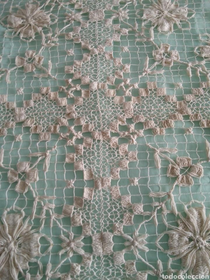 Antigüedades: Colcha antiquísima de hilo,hecha en dos piezas,la parte de la almohada y por otro el cubre cama,del - Foto 3 - 287055718