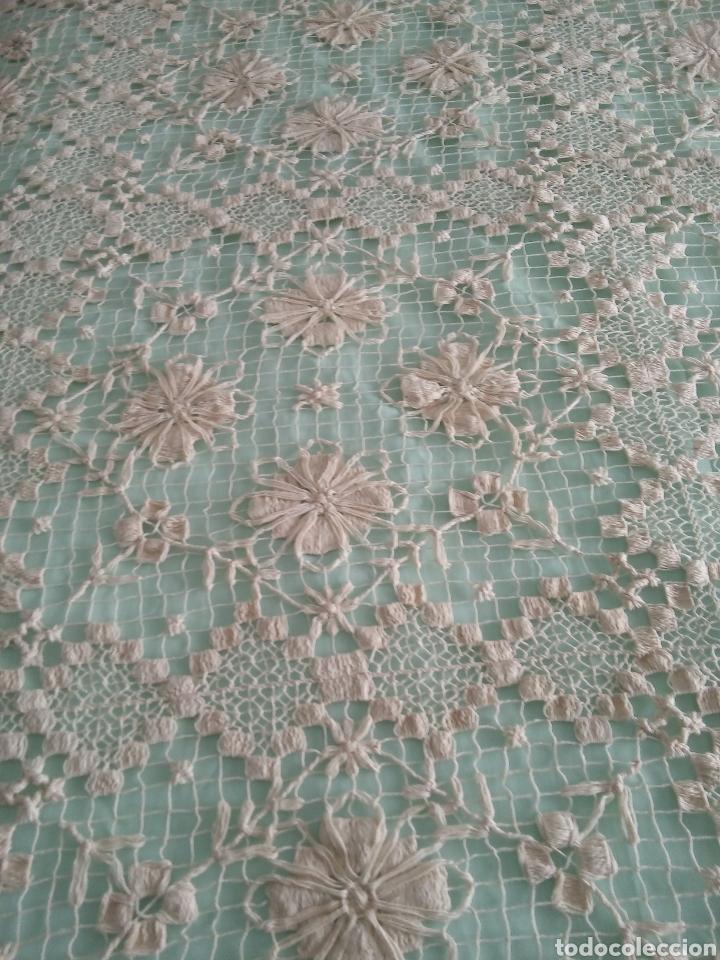 Antigüedades: Colcha antiquísima de hilo,hecha en dos piezas,la parte de la almohada y por otro el cubre cama,del - Foto 4 - 287055718