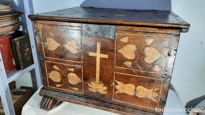 ARQUETA O ARCA SACRISTIA ESPAÑOLA SIGLO XVII EN MADERA DE NOGAL CON TARACEA 52CM POR 40CM POR 40CM (Antigüedades - Muebles Antiguos - Baúles Antiguos)