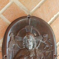 Antiguidades: MAGNIFICO GRAN DETENTE FRONTAL HIERRO FUNDIDO DE SAGRADO CORAZON ESCUDO DE ESPAÑA. Lote 287139563
