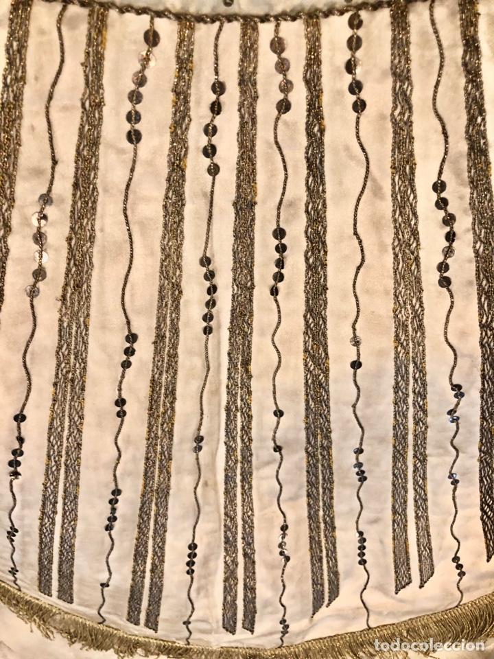 Antigüedades: Capa pluvial en seda blanca. Bordados. Siglo XIX. Flor de lis. - Foto 13 - 287141878