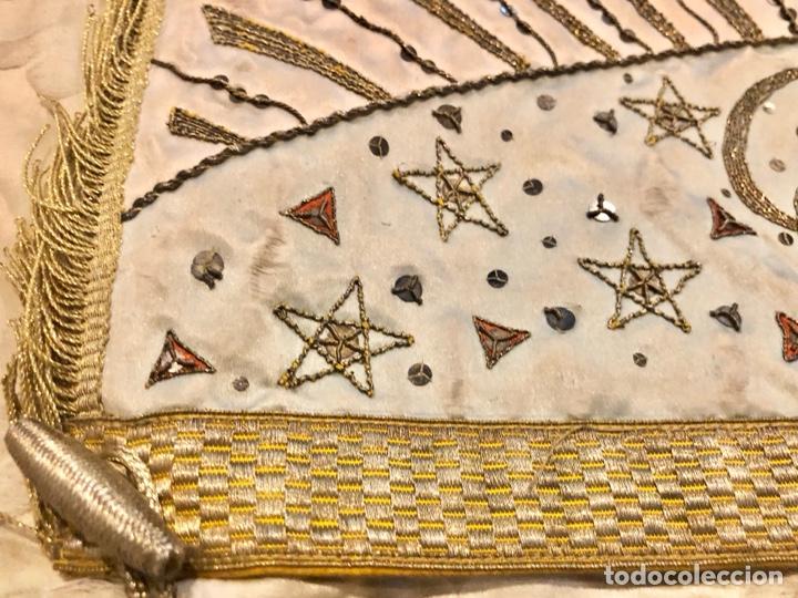 Antigüedades: Capa pluvial en seda blanca. Bordados. Siglo XIX. Flor de lis. - Foto 14 - 287141878