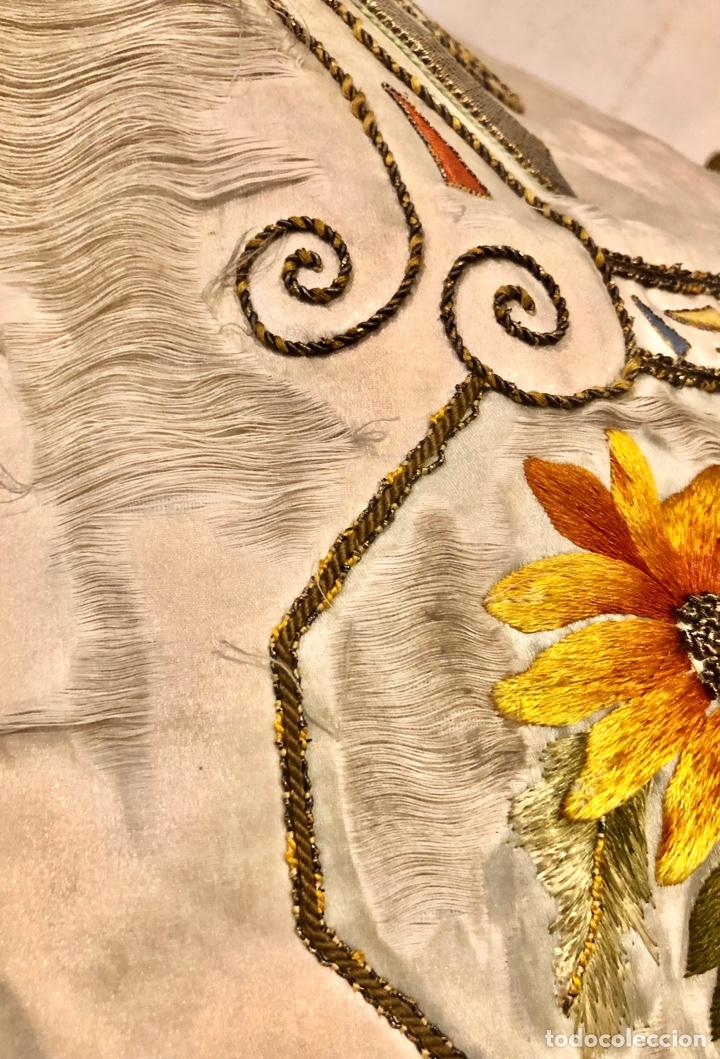 Antigüedades: Capa pluvial en seda blanca. Bordados. Siglo XIX. Flor de lis. - Foto 20 - 287141878