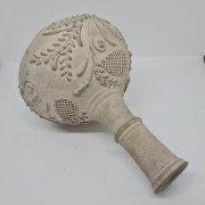 Antiquités: DE COLECCION,MAGNIFICA BOTELLA DECORADA A LA BARBOTINA DE LA RAMBLA,(CORDOBA),S. XIX. Lote 287199433