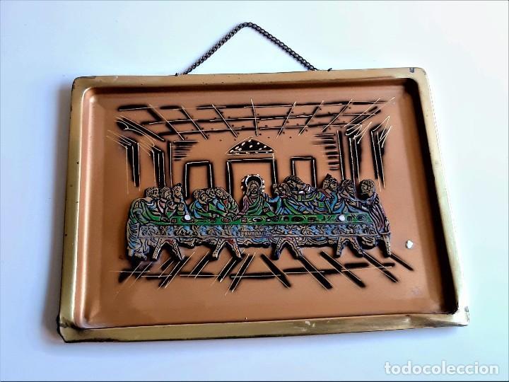 ULTIMA CENA JERUSALEM REPRESENTADA EN BANDEJA DE LATON BRONCE PARA COLGAR - 32 X 24.CM (Antigüedades - Religiosas - Ornamentos Antiguos)