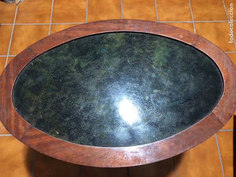 Antigüedades: Antigua mesita velador de madera de caoba con cristal. Adornos de bronce en las patas - Foto 2 - 287321353