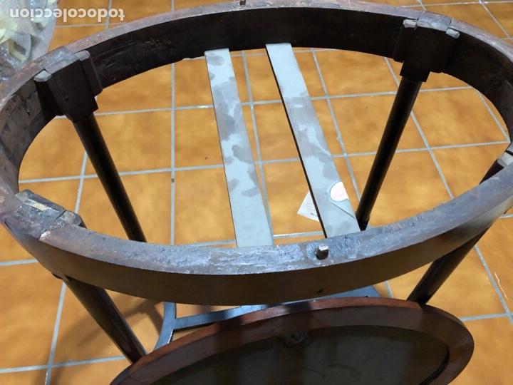 Antigüedades: Antigua mesita velador de madera de caoba con cristal. Adornos de bronce en las patas - Foto 5 - 287321353