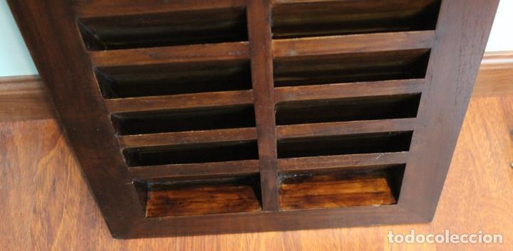 Antigüedades: Mueble expositor de CDS. Madera maciza. - Foto 4 - 287334868