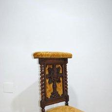 Antigüedades: RECLINATORIO ANTIGUO TALLADO SALOMÓNICO. Lote 287459618