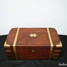 Antigüedades: ESCRITORIO ANTIGUO DE BARCO REALIZADO EN MADERA Y LATÓN DORADO. Lote 287461388