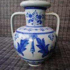 Antigüedades: ANTIGUO JARRÓN CON ASAS DE CERÁMICA DE TALAVERA, RUIZ DE LUNA, MIDE APROX 38 CM. DE ALTURA X 28 CM.. Lote 287462543