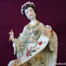 Antigüedades: EXTRAORDINARIA FIGURA DE PORCELANA JAPONESA, GEISHA, 44 CMS., HECHA Y PINTADA A MANO, MUY DETALLADA. Lote 287469223