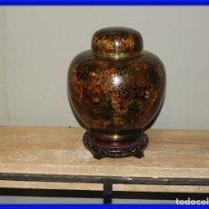 Antigüedades: TIBOR DE BRONCE Y ESMALTE CLOISONNE CON SU TAPE Y PEANA. Lote 287568763