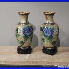 Antigüedades: PAREJA DE JARRONES CLOISONNE DE ESMALTE Y BRONCE. Lote 287569323