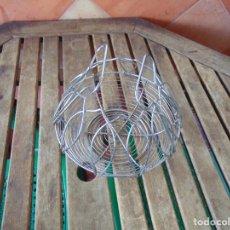 Antigüedades: HUEVERA EN METAL PARA HUEVOS O FRUTAS. Lote 287603243