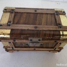 Antigüedades: PEQUEÑO COFRE O JOYERO DE MADERA Y METAL, ANTIGUA O VINTAGE, CON PATAS, UNOS 23 X 17 X 14 CMS.. Lote 287604033