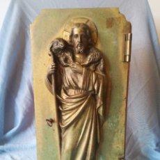 Antigüedades: PUERTA DE SAGRARIO EN BRONCE IMAGEN SAGRADO CORAZÓN EN RELIEVE. CIRCA S. XVIII. MED: 33 X 17 CM.. Lote 287677828