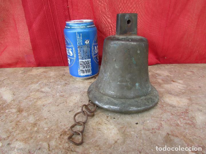 Antigüedades: Campana antigua mediana bronce con cadena. Suena potente. alto 15 cms - Foto 2 - 287820103