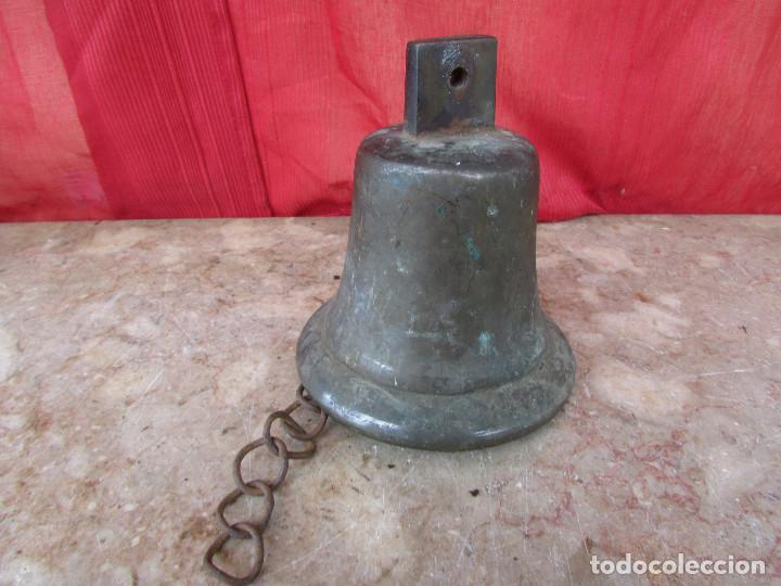 Antigüedades: Campana antigua mediana bronce con cadena. Suena potente. alto 15 cms - Foto 7 - 287820103