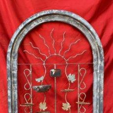 Antigüedades: MACETERO DE HIERRO ANTIGUO DE PARED DE 100 X 66 CMS. ANCHO Y DIAMETRO. Lote 287845818