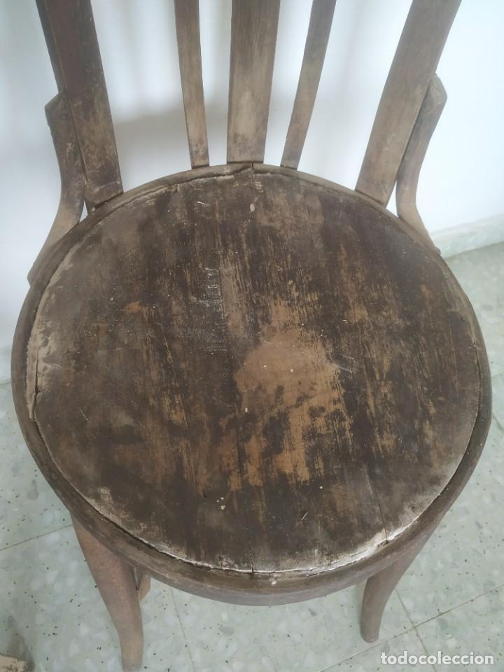 Antigüedades: Antigua pareja de sillas de madera para restaurar. Asiento redondo. Modelos distintos - Foto 5 - 287875538