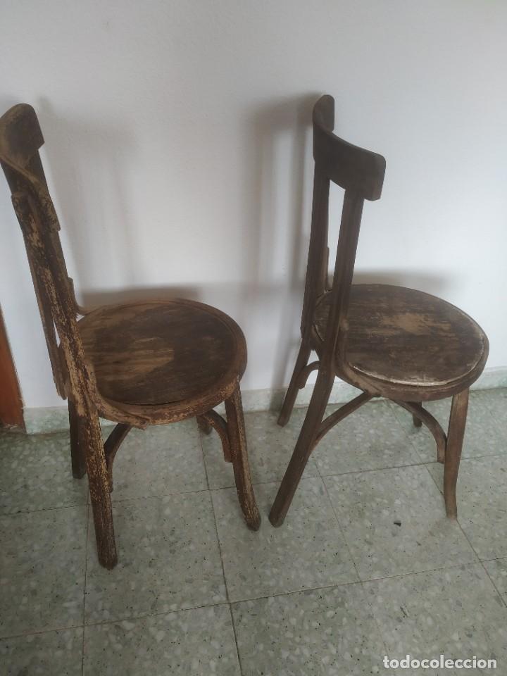 Antigüedades: Antigua pareja de sillas de madera para restaurar. Asiento redondo. Modelos distintos - Foto 6 - 287875538