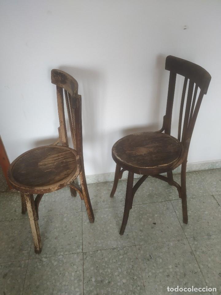 Antigüedades: Antigua pareja de sillas de madera para restaurar. Asiento redondo. Modelos distintos - Foto 8 - 287875538