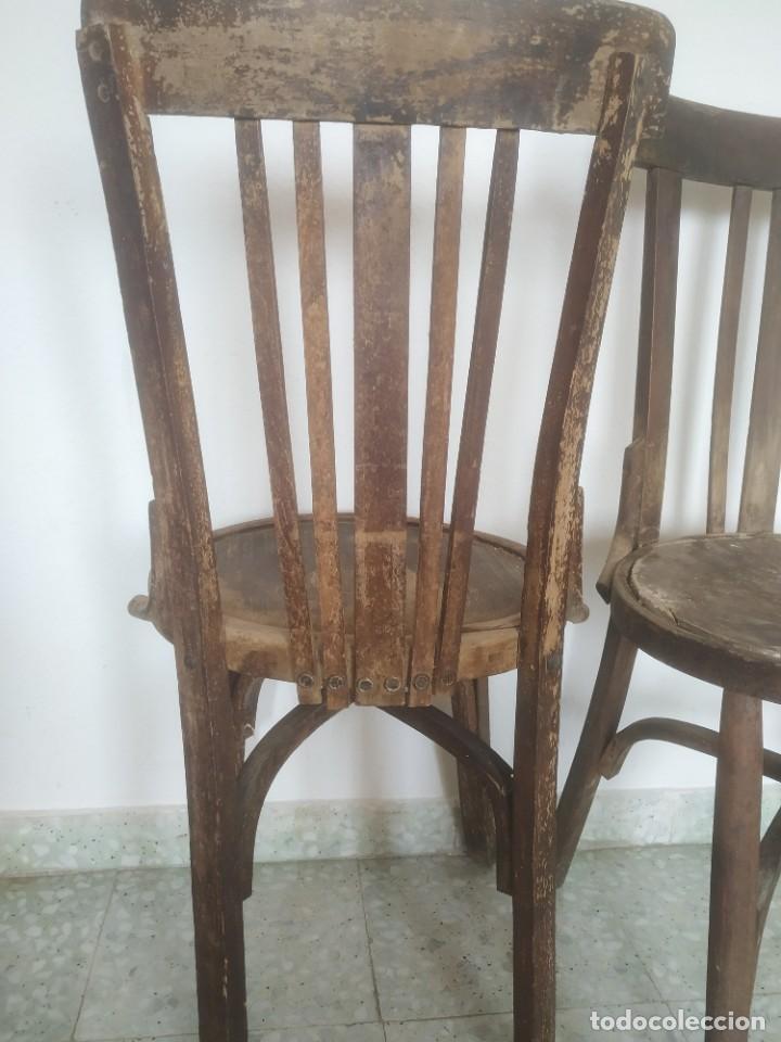 Antigüedades: Antigua pareja de sillas de madera para restaurar. Asiento redondo. Modelos distintos - Foto 15 - 287875538