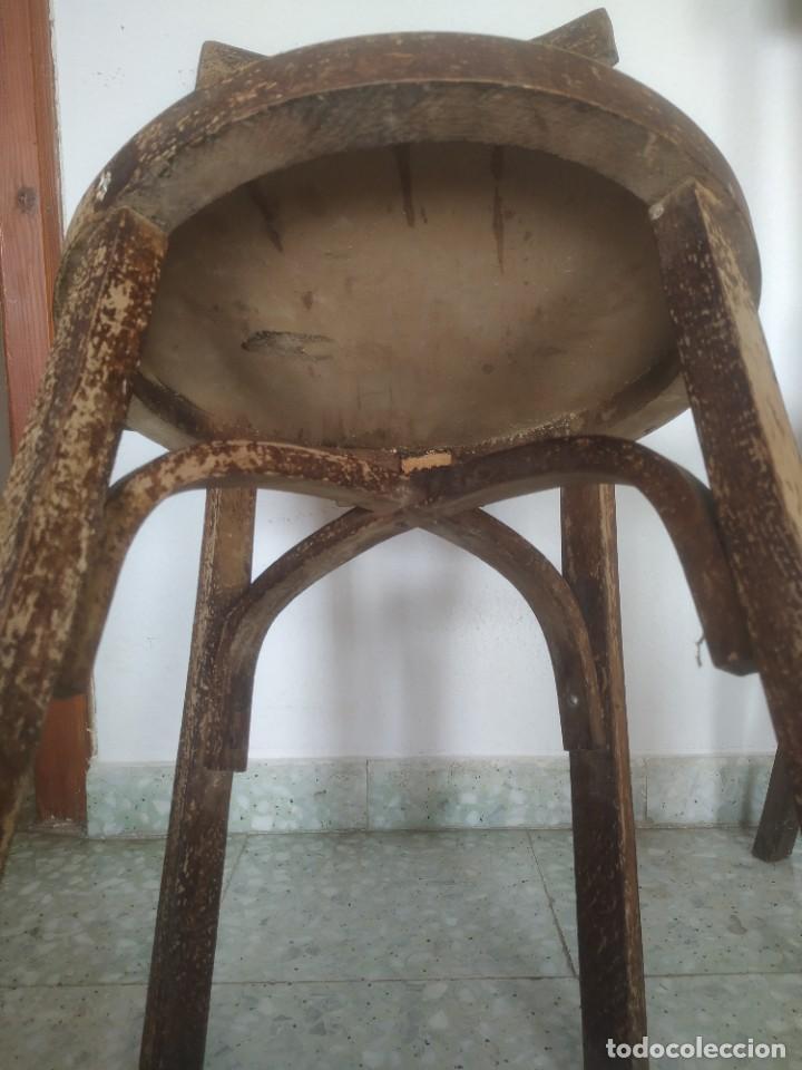 Antigüedades: Antigua pareja de sillas de madera para restaurar. Asiento redondo. Modelos distintos - Foto 17 - 287875538