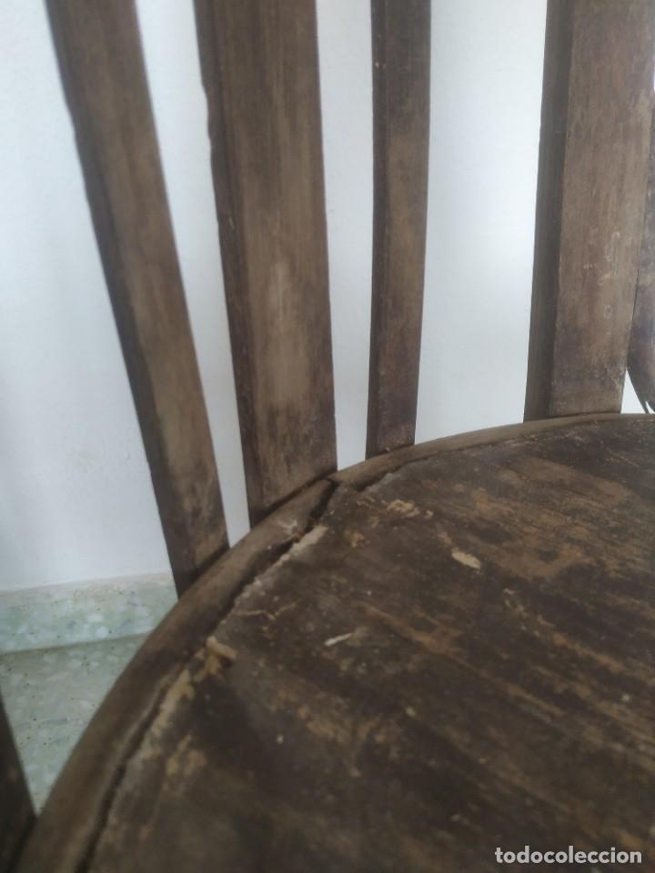 Antigüedades: Antigua pareja de sillas de madera para restaurar. Asiento redondo. Modelos distintos - Foto 20 - 287875538