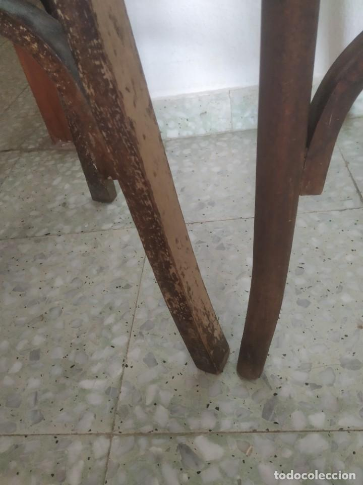 Antigüedades: Antigua pareja de sillas de madera para restaurar. Asiento redondo. Modelos distintos - Foto 25 - 287875538
