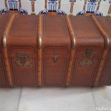 Antigüedades: PRECIOSO Y ANTIGUO BAÚL BAZAR MASAVEU OVIEDO DE VIAJE DECORATIVO. Lote 287903693