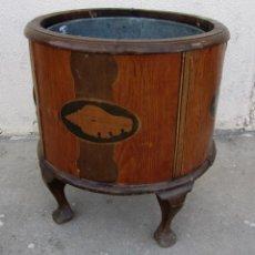 Antigüedades: MACETERO ANTIGUO DE MADERA CON MARQUETERIA CON CARACOLA. Lote 287925273