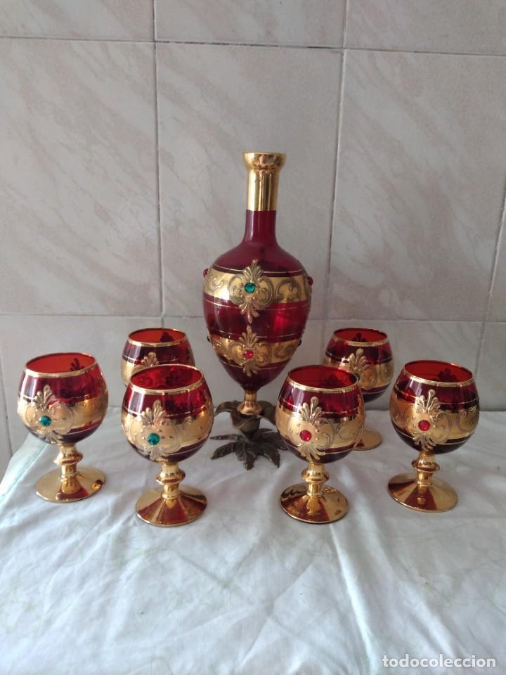 EXQUISITO JUEGO DE LICORERA Y 6 COPAS DE LICOR DE CRISTAL DE MURANO ROJO Y ORO, PIE DE BRONCE (Antigüedades - Cristal y Vidrio - Murano)